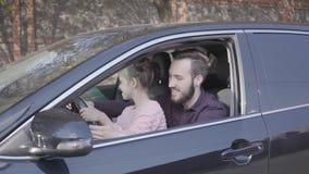 Маленькая девочка сидя на подоле отца в конце автомобиля вверх Ребенок учит управлять автомобилем Шоу человека и ребенк большое видеоматериал