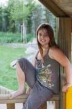 Маленькая девочка сидя на рельсе Стоковые Фото