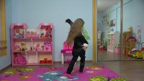 Маленькая девочка скачет