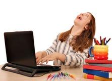 Маленькая девочка смеется над пока ищущ интернет на компьтер-книжке Стоковая Фотография