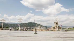 Маленькая девочка смотря собор святой троицы Тбилиси Tsminda Sameba - Georgia видеоматериал
