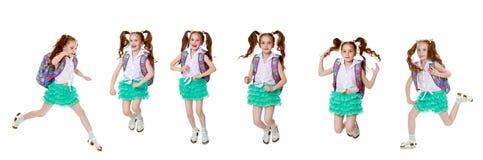 Маленькая девочка спешит к школе стоковые фотографии rf