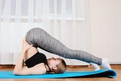 Маленькая девочка спортивная гимнастическая ответная часть Стоковые Изображения RF