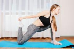 Маленькая девочка спортивная гимнастическая ответная часть Стоковое Фото