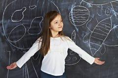 Маленькая девочка стоит на классн классном Стоковые Изображения