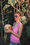 Маленькая девочка стоя в джунглях Стоковые Изображения RF