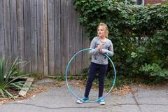 Маленькая девочка стоя с обручем hula стоковое фото