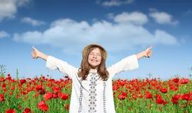 Маленькая девочка с большими пальцами руки вверх наслаждается в природе Стоковые Фотографии RF