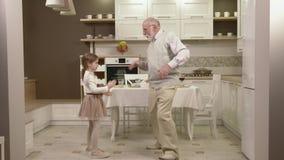 Маленькая девочка с ее дедом имеет потеху и танцы акции видеоматериалы
