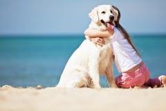 Маленькая девочка с ее собакой взморьем стоковые изображения rf