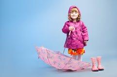 Маленькая девочка с зонтиком стоковое изображение rf