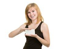 Маленькая девочка с кронштейнами держит пустую бумагу стоковая фотография