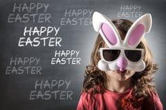 Маленькая девочка с маской зайчика пасхи стоковые фото