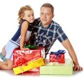 Маленькая девочка с моим папой о подарках стоковая фотография rf