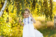 Маленькая девочка с молить Мир, надежда, концепция мечт портрет маленькой красивой девушки в природе стоковое изображение rf