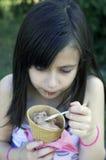 Маленькая девочка с мороженным Стоковое Изображение