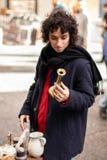 Маленькая девочка с пальто смотря антиквариаты в рынке улицы античном стоковые фотографии rf