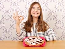 Маленькая девочка с пирогом вишни и одобренная рука подписывают Стоковые Фотографии RF