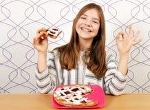Маленькая девочка с пирогом вишни и одобренная рука подписывают Стоковые Изображения RF