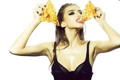 Маленькая девочка с пиццей стоковое изображение