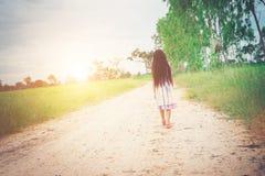 Маленькая девочка с платьем длинных волос нося идет далеко от yo Стоковое Фото