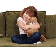 Маленькая девочка с плюшевым медвежонком стоковые фото