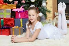 Маленькая девочка с подарками рождественской елкой стоковые фото