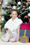 Маленькая девочка с подарками рождественской елкой стоковое фото