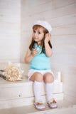 Маленькая девочка с раковиной моря Стоковое фото RF