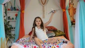 Маленькая девочка с самолетом в арабском интерьере видеоматериал