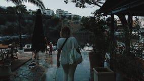 Маленькая девочка с солнечными очками идя на улицу города на каникулах Перемещение и туризм в красивых местах на Крите, Греции видеоматериал