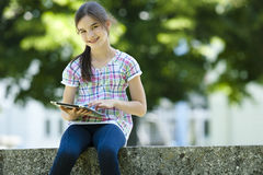 Маленькая девочка с таблеткой ПК Стоковые Изображения