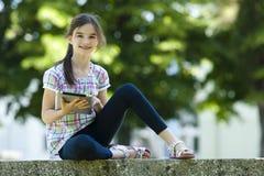 Маленькая девочка с таблеткой ПК Стоковые Фото