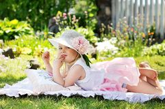 Маленькая девочка с цветками Стоковая Фотография