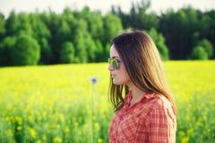 Маленькая девочка с цветком одуванчика Стоковое Фото