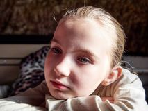 Маленькая девочка с эмоциями на ее стороне стоковое фото