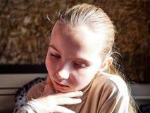 Маленькая девочка с эмоциями на ее стороне стоковые фото