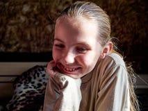 Маленькая девочка с эмоциями на ее стороне стоковые изображения
