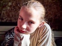 Маленькая девочка с эмоциями на ее стороне стоковые изображения rf