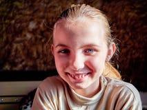 Маленькая девочка с эмоциями на ее стороне стоковая фотография rf