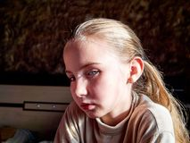 Маленькая девочка с эмоциями на ее стороне стоковые фотографии rf
