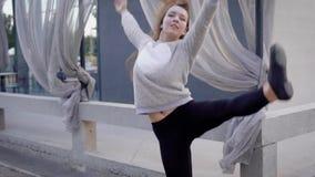 Маленькая девочка танцует на улице Эмоциональный танец в стиле сверстницы сток-видео