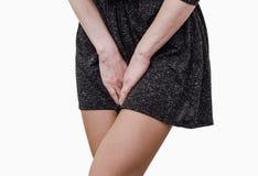 Маленькая девочка, тягостная боль в матке, брюшко, держа ее crotch более низкого брюшка отжала Медицинский или гинекологический стоковые фотографии rf