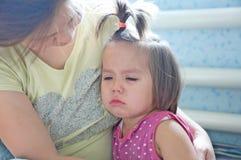 Маленькая девочка удерживания матери плача утихомиривать вниз малыша Разрыв плача стоковое изображение rf