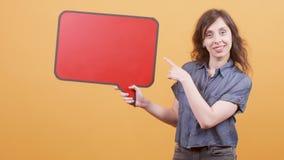 Маленькая девочка указывает ее палец на знак речи для вставки текста и одобряет сообщение видеоматериал