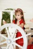Маленькая девочка управляя белым рулевым колесом Стоковое фото RF