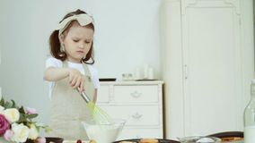 Маленькая девочка шевелит муку в стеклянном шаре сток-видео
