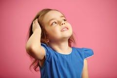 Маленькая девочка эффектно выправляет волосы стоковые изображения