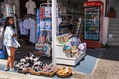 Маленькая девочка bying сувениры на небольшом сувенирном магазине стоковое изображение rf