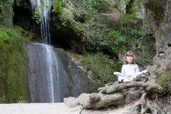 Маленькая девочка meditate стоковая фотография rf